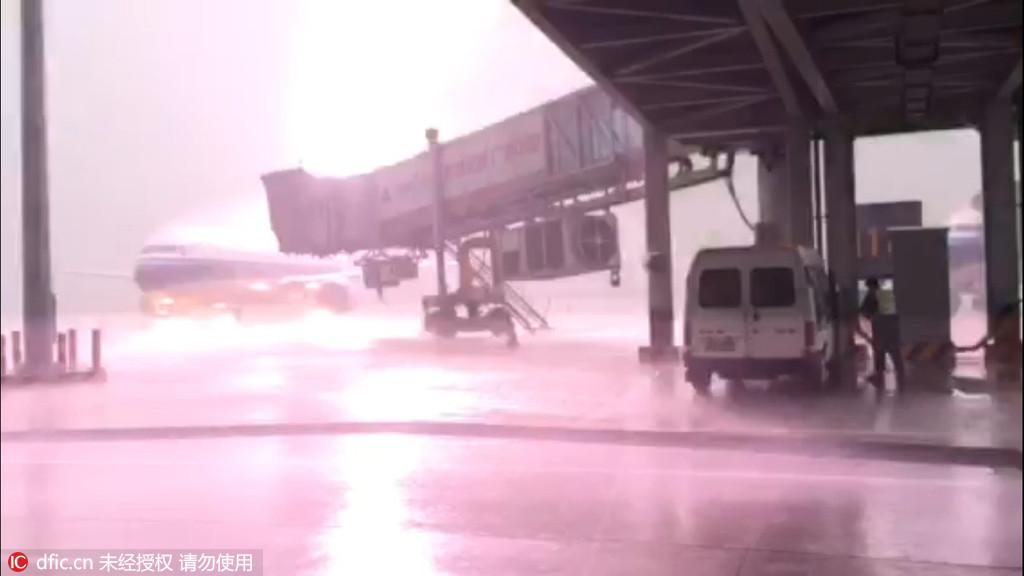 实拍揭阳机场一客机遭雷击:机身被雷电包围