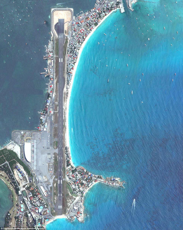 朱莉安娜公主国际机场位於加勒比海的圣马丁岛.