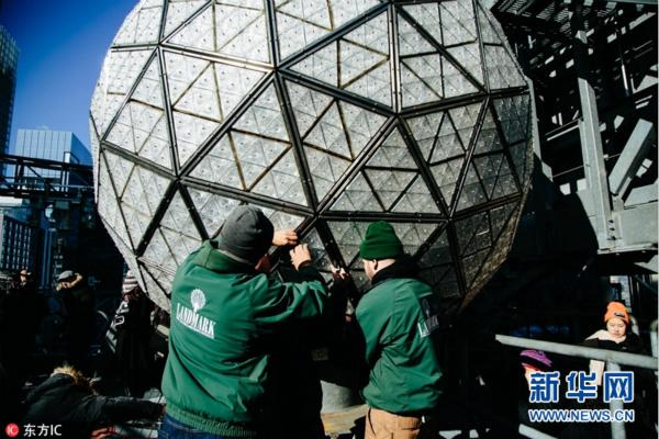 世界最大水晶球更换288片新水晶 静待新年到来